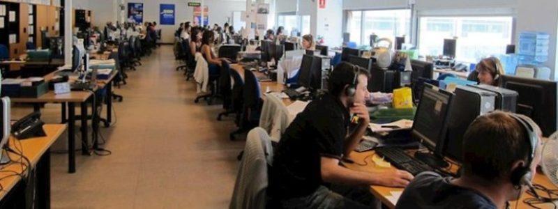 En el call center es habitual la aglomeración de trabajadores en espacios reducidos que delimitan su puesto de trabajo