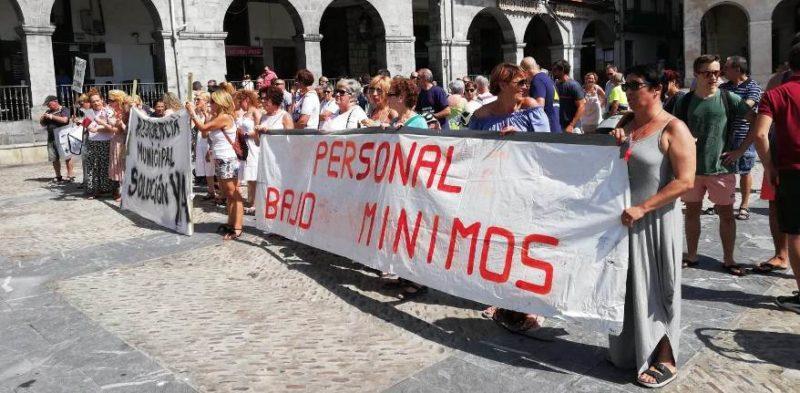 Trabajadores de la Residencia Municipal de Castro Urdiales, en la concentración convocada por UGT