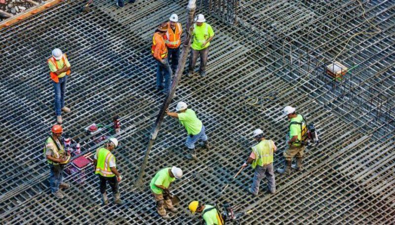 Cantabria destruye empleo en el último año en todos los sectores, salvo en la construcción