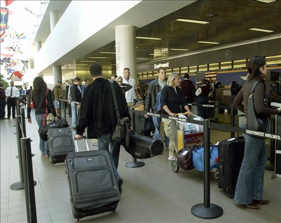 Ejecutiva De Viajar Personas En El Aeropuerto De: España Reduce A La Mitad Su Presupuesto Para Emigración