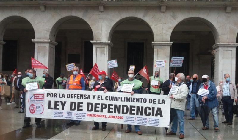 Concentración de los jubilados y pensionistas de UGT y de CCOO celebrada hoy en la Plaza Porticada de Santander